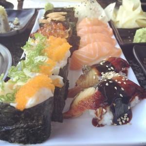 Photo: Thursday night, Sushi night #sushistop #scallopsushi #eel #sushi #thursday #summer #sisters #japanese #hellokitty #gettingold